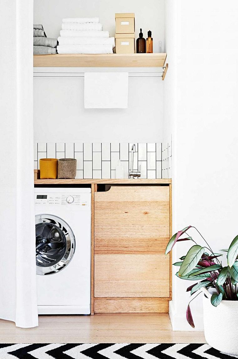 Zona lavanderia con mensole a vita, top in legno con prolungamento per la lavatrice