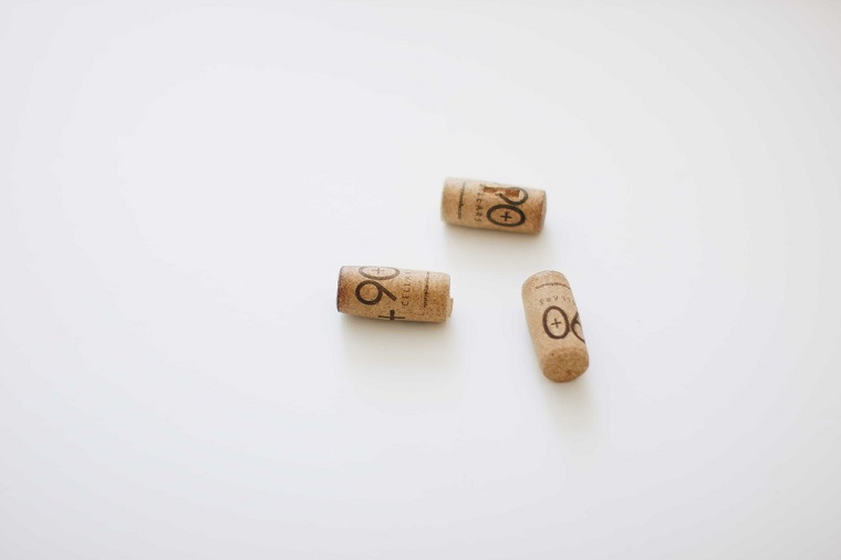 Foto di tre tappi di sughero, tappi di sughero idee fai da te, immagine con sfondo bianco