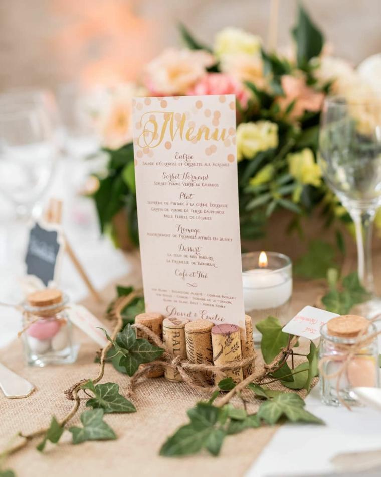 Centrotavola con bouquet di fiori, riciclo tappi di sughero, lista con il menu