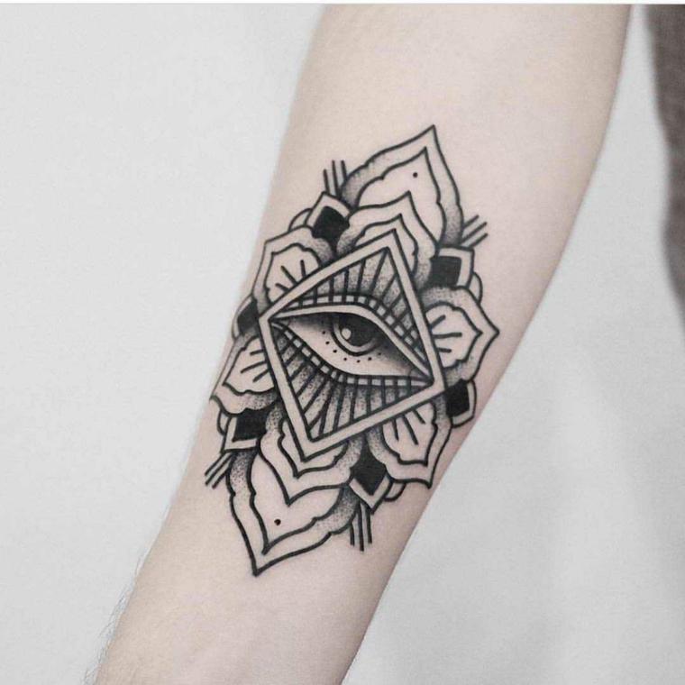 Tatuaggio illuminati, donna con tatuaggio sull'avambraccio di motivi mandala