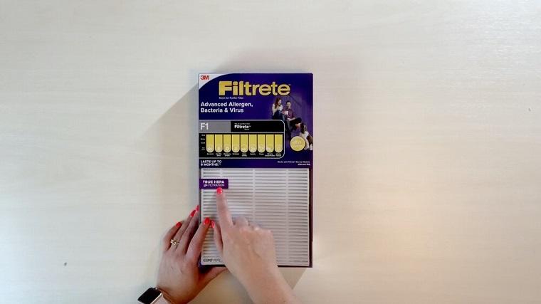 Immagine di un filtro d'aria Hepa, mascherina con filtro, immagine su sfondo grigio