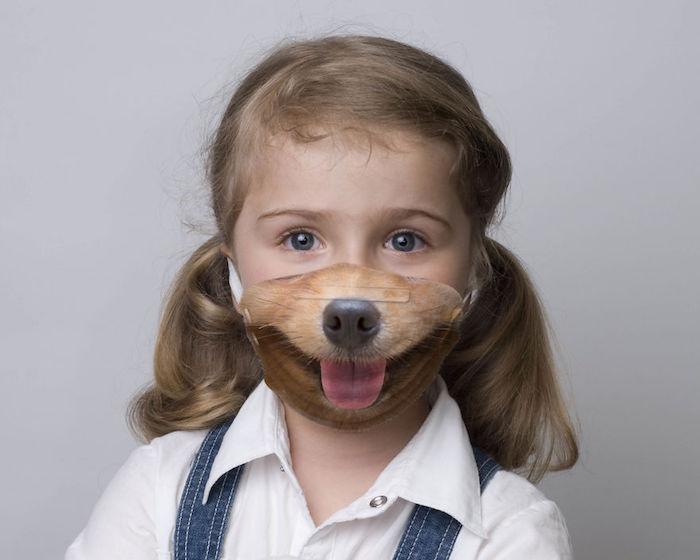Bambina con mascherina stampa cagnolino, mascherina chirurgica fai da te