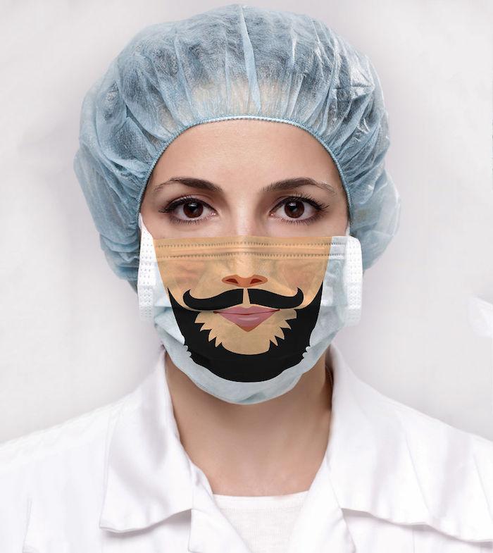 Donna con un cappello e mascherina chirurgica, mascherina fai da te