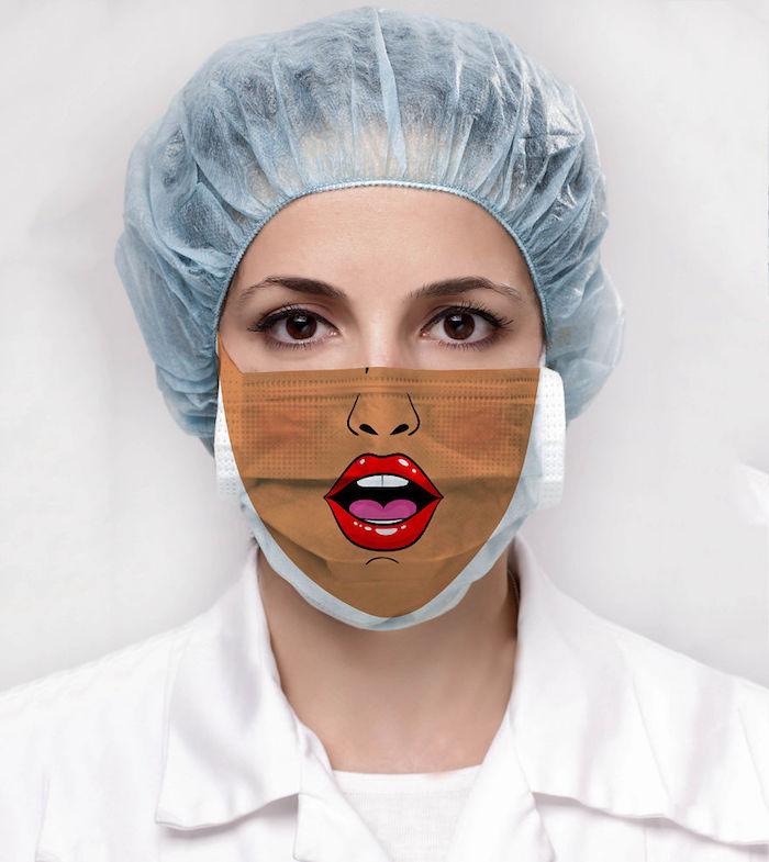 Mascherina fai da te, donna con un cappello da dottore, mascherina con stampa bocca