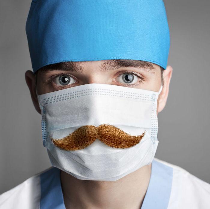 Mascherina chirurgica fai da te, uomo con un cappello da dottore, mascherina con stampa baffi