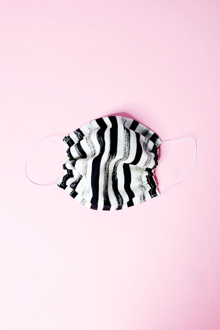 Mascherina di stoffa bianco e nera, mascherina con elastici ai lati