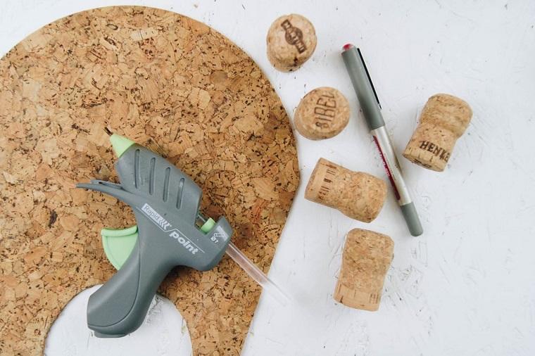 Foglio di sughero sotto una pistola per colla a caldo, riciclo tappi di sughero