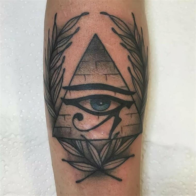 Tatuaggio triangolo con occhio, uomo con un tattoo sulla gamba con disegno piramide egiziana