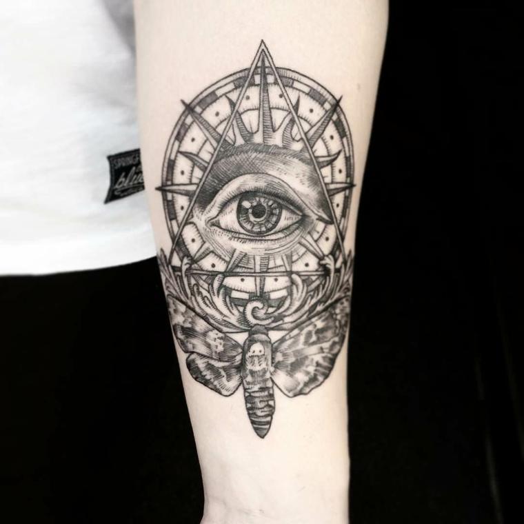 Tatuaggio triangolo con occhio, tatuaggio sul braccio con disegno ruota e farfalla