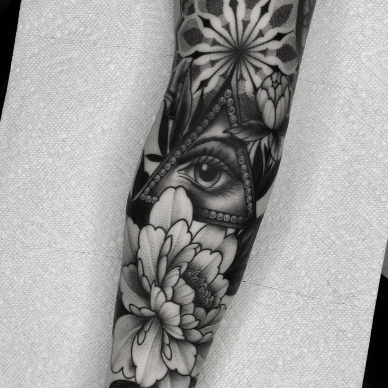 Tatuaggio occhio, il braccio di un uomo con tatuaggi di fiori e triangolo con occhio