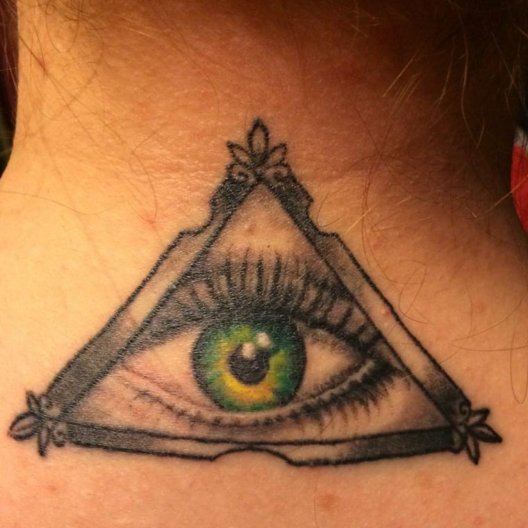 Occhio di ra tattoo, tatuaggio con disegno di un triangolo e occhio, donna con tattoo sul collo