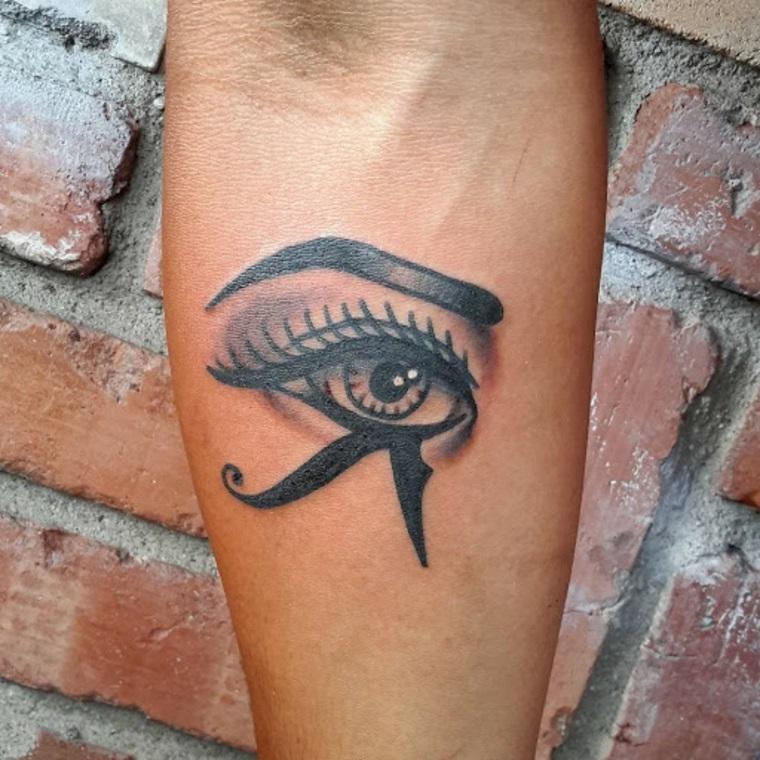Occhio di ra tattoo, tatuaggio sull'avambraccio donna con disegno egiziano