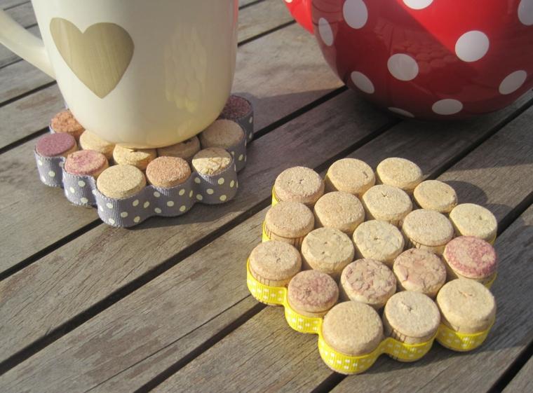 Sottobicchiere con tappi di sughero, tazza con disegno di cuore, tazze su un tavolo di legno