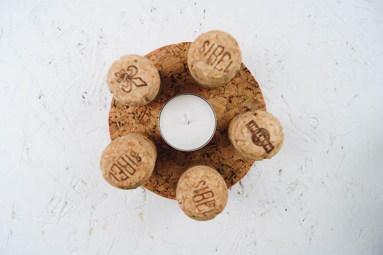 Candela su un cerchio di foglio di sughero, cosa fare con i tappi di sughero