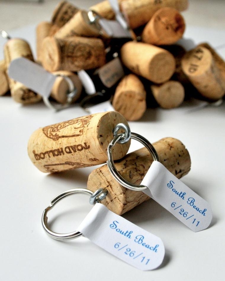 Portachiavi con bigliettini, immagine con tappi di sughero, idee fai da te con tappi di bottiglie di vino