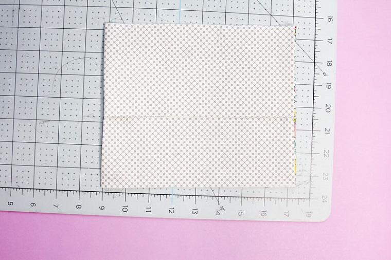 Le misure di una mascherina con filtro interno, tutorial con parti da cucire