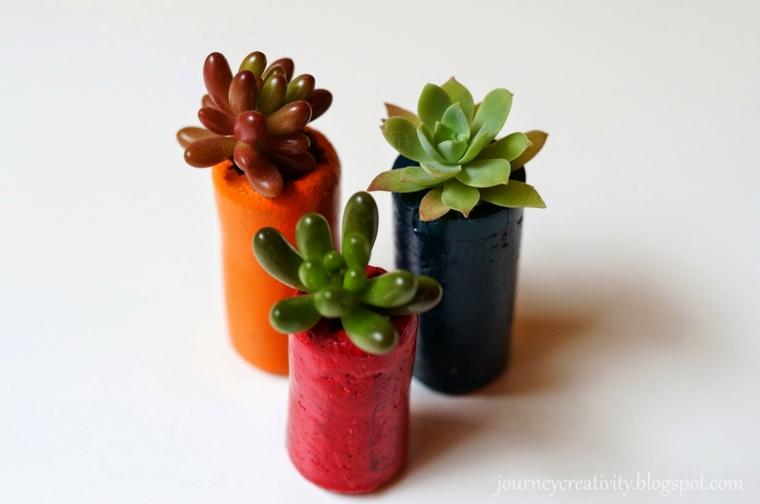 Lavoretti con tappi di sughero, piccoli vasi colorati con piantine grasse