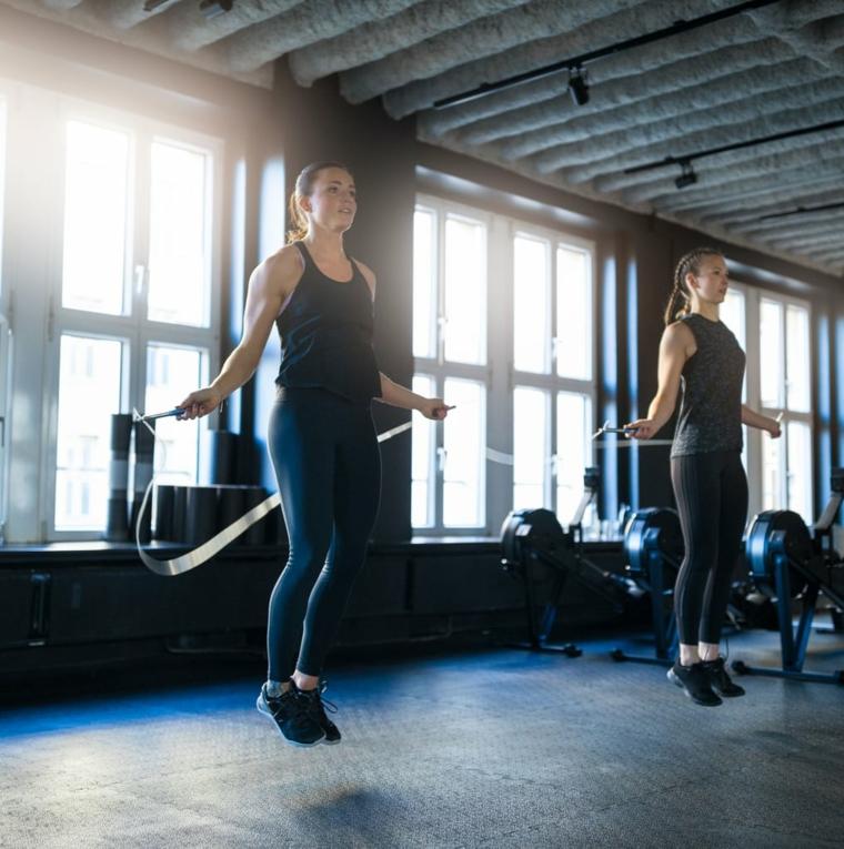 Scheda allenamento per aumentare massa muscolare a casa, donna che salta la corda