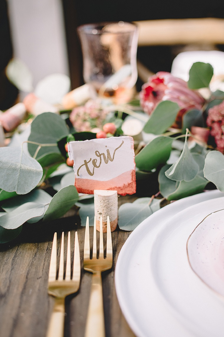 Creazioni con i tappi di sughero, tavola apparecchiata con un centrotavola di foglie verdi