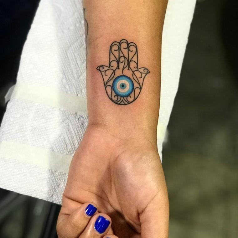 Tattoo occhio, tatuaggio sul polso della mano di una ragazza, tatuaggio mano di Fatima
