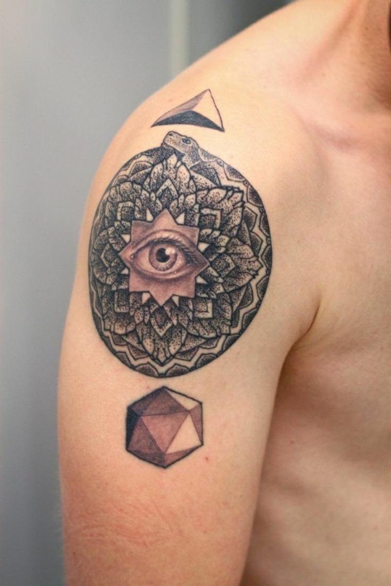 Significato occhio egizio, uomo con un tatuaggio sulla spalla, tattoo piramide tridimensionale