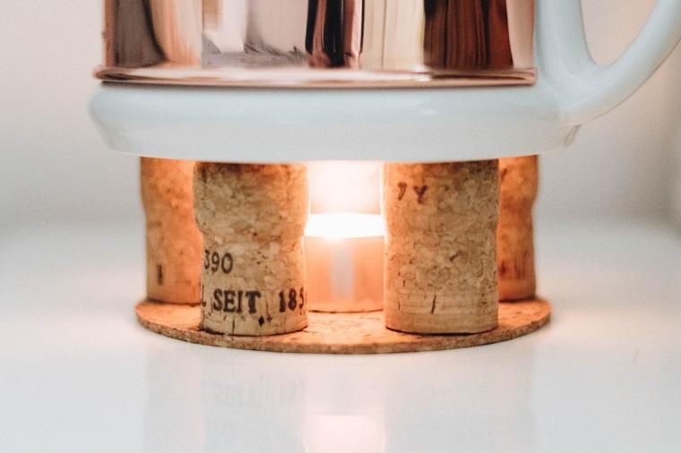 Riciclo tappi di sughero, una teiera posizionata su un portacandela di tappi di sughero