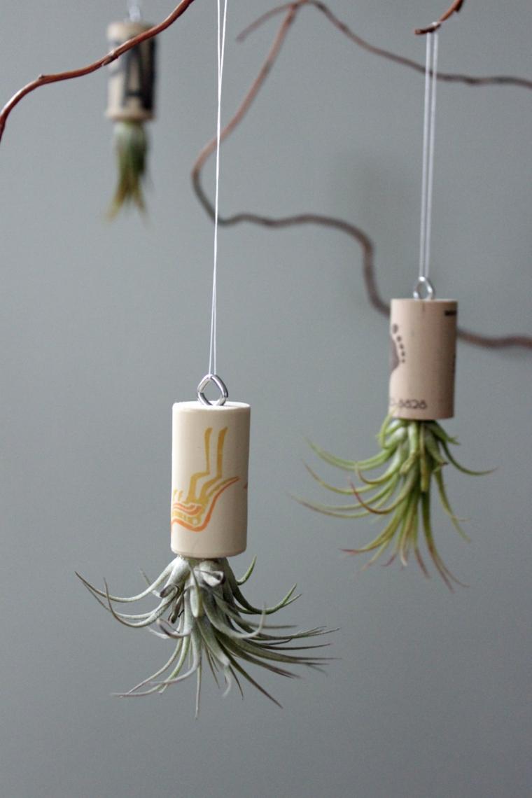 Decorazioni da appendere su dei fili, creazioni con tappi di sughero e piantine