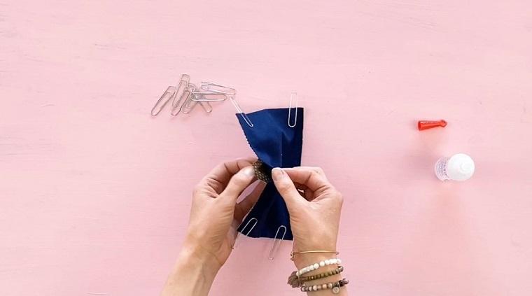 Mascherina di stoffa con tasca per il filtro, donna che tiene una mascherina di stoffa