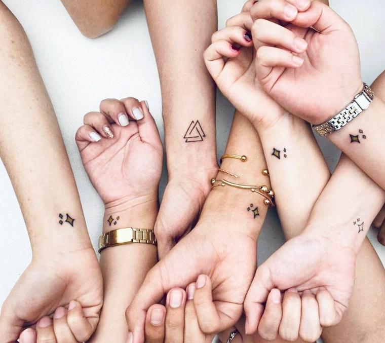 Tattoo simbolo amicizia, i polsi di ragazze con tatuaggio di figure geometriche