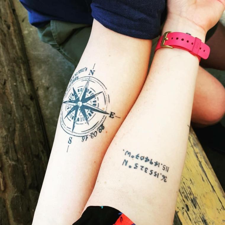 Tatuaggi sorelle, tattoo sull'avambraccio con disegno di una bussola e coordinate geografiche