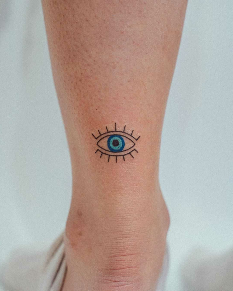 Occhio tattoo old school, tatuaggio sulla gamba di una donna, tattoo disegno occhio sulla caviglia