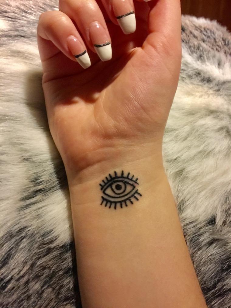 Occhio di ra tattoo, tatuaggio donna sul polso della mano, unghie ballerina con french manicure