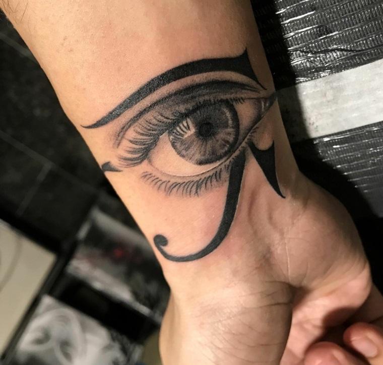 Occhio tattoo old school, tatuaggio sul polso della mano di una donna