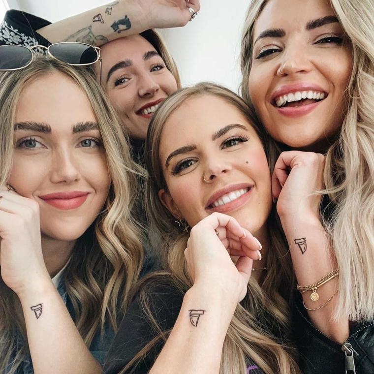 Tatuaggi sorelle, tattoo sul polso della mano di quattro ragazze con capelli biondi