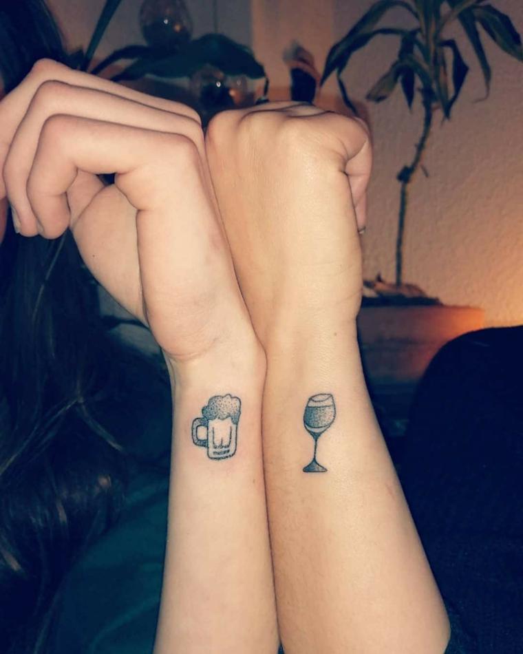 Tatuaggi migliori amiche, tatuaggio sul polso della mano con disegni di bicchieri