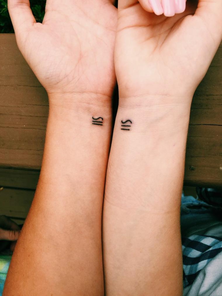 Tatuaggio migliore amica, tattoo sul polso della mano con disegno di un simbolo