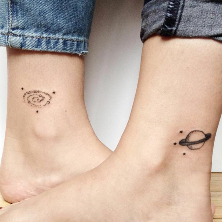 Tatuaggio migliore amica, tattoo sulla caviglia con disegno di piante e galassia