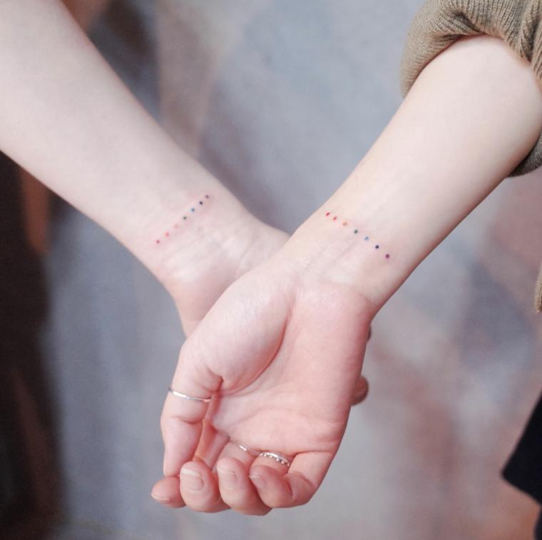 Tattoo migliori amiche, tatuaggio sul polso della mano con disegno di puntini colorati