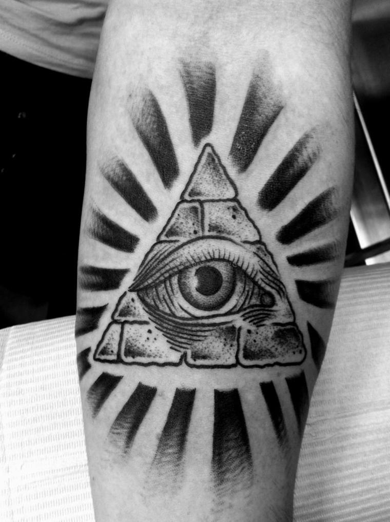 Tatuaggio triangolo con occhio, tattoo disegno piramide egiziana sul braccio di un uomo