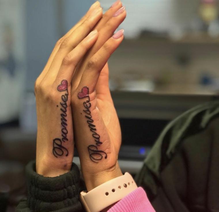 Tatuaggio simbolo amicizia, tattoo sulla mano con scritta e disegno cuore