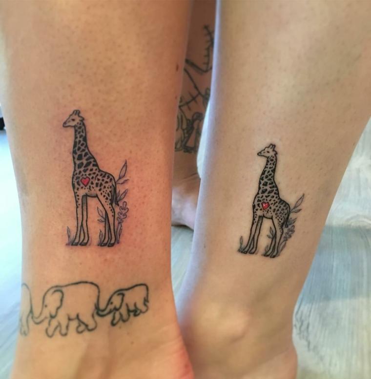 Tattoo sorelle, tatuaggio sulla caviglia con disegno giraffa ed elefante