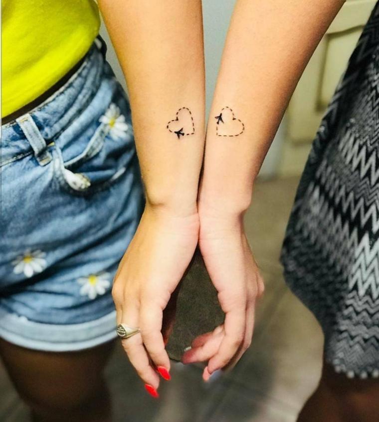 Tattoo sorelle, tatuaggio sul polso della mano con cuore tratteggiato e disegno aereo