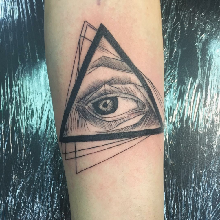 Occhio di ra tattoo, tatuaggio sull'avambraccio di una donna con disegno di triangoli