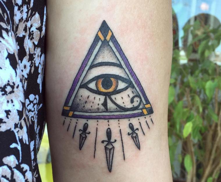 Occhio tattoo old school, tatuaggio sull'avambraccio di una donna con triangolo e occhio