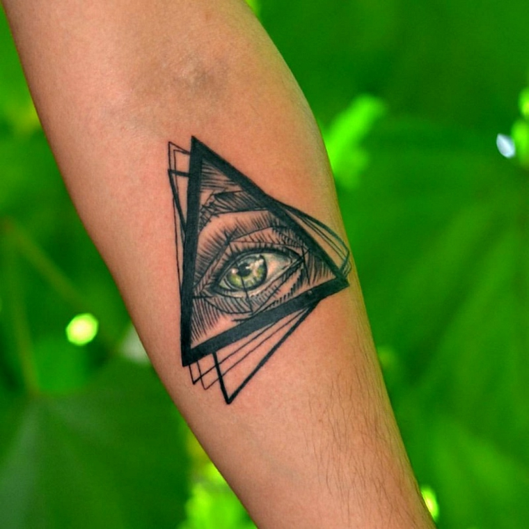 Significato occhio egizio, uomo con un tatuaggio sull'avambraccio con disegno triangoli