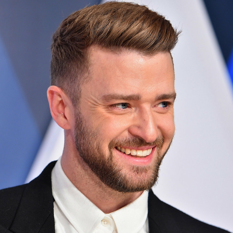 Justin Timberlake con barba e viso sorridente, come tagliare i capelli corti