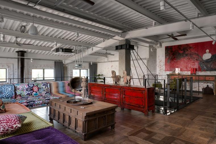 Come arredare un open space, soggiorno con tavolino di legno e divani colorati in stoffa