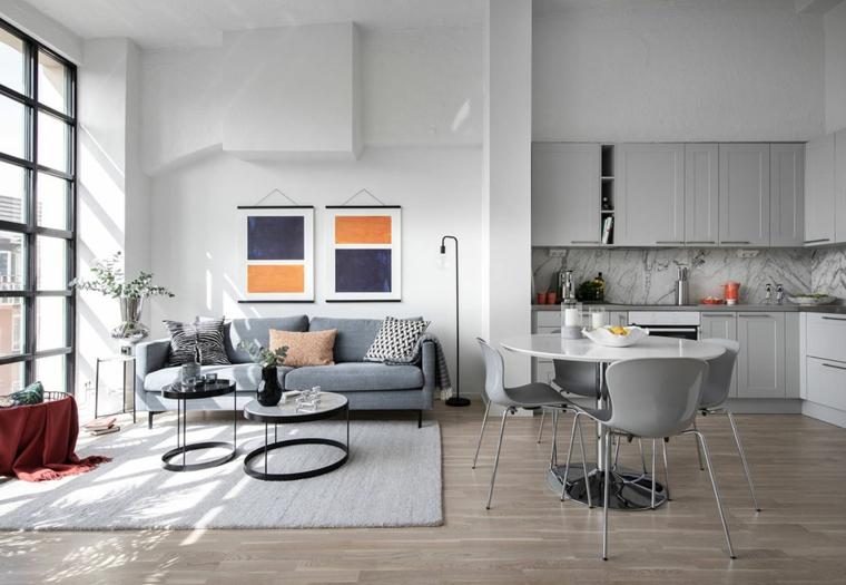 Arredare un loft, soggiorno con divano e due tavolini, cucina con tavolo da pranzo