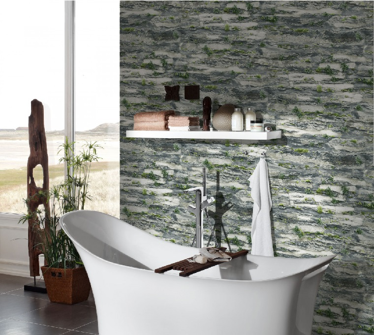 Foto di un bagno con vasca, parete con carta da parati effetto pietra