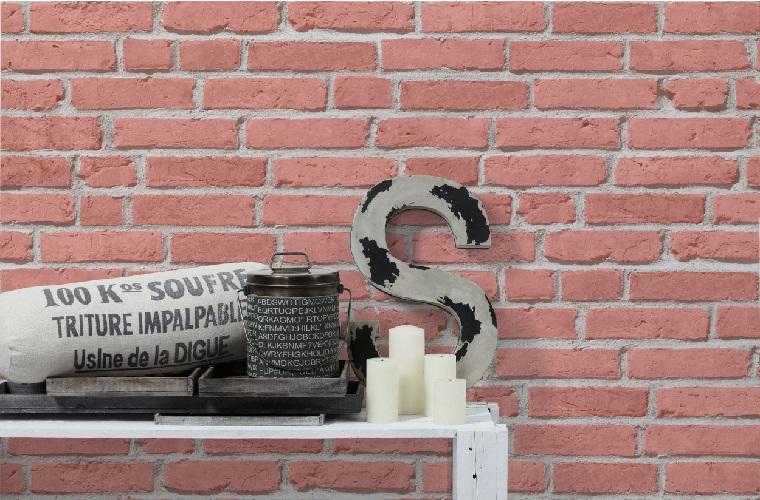 Carta da parati effetto mattoni, mensola di legno con candele e lettera